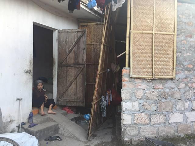 Bà ngoại cháu bé mắc bạo bệnh, sống trong căn nhà 12m2.