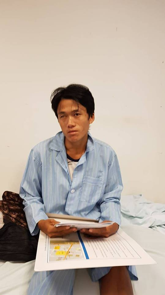Sùng A Khua với tập hồ sơ chuyển tuyến về Bệnh viện Tim Hà Nội chữa trị.