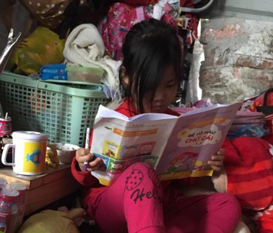 Bé gái 5 tuổi thích thú với khi được tiếp xúc với con chữ.