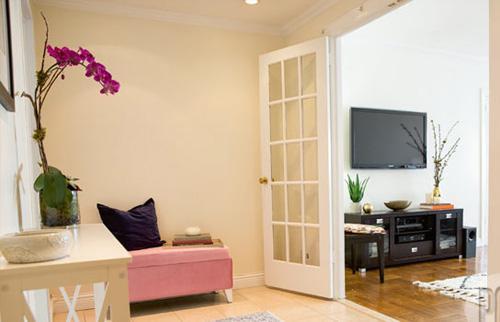 Căn phòng có nội thất tương đối đơn giản với gam màu chủ đạo hồng, trắng nhưng vẫn không kém phần sang trọng. Ảnh: Internet