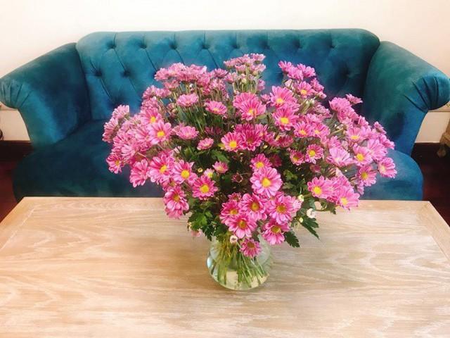 Đặc biệt có thể thấy Xuân Lan là người rất yêu hoa và thường xuyên cắm hoa để không gian luôn tươi mới.