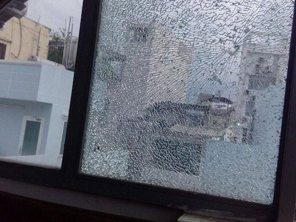 Nhiều cửa kính nhà dân, khách sạn bị Đ dùng súng cao su bắn đạn bị bắn