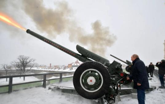 Tổng thống Nga Vladimir Putin khai hỏa một khẩu pháo tại Pháo đài Peter&Paul tại thành phố St. Peterburg. Ảnh: EPA.