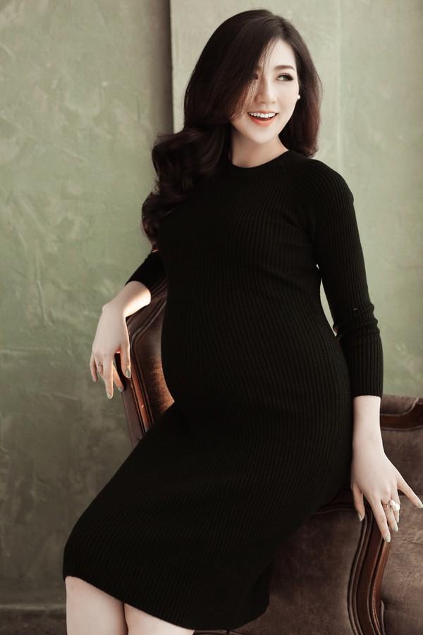 Mặc dù ở những tháng cuối của thai kỳ, vóc dáng của Tú Anh vẫn rất thon thả, gương mặt đẹp rạng rỡ, thậm chí có phần mặn mà hơn.