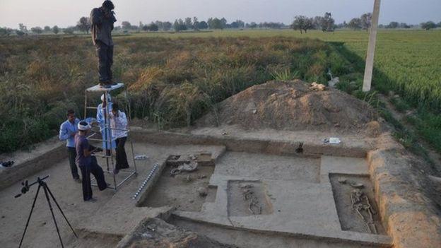 Ngôi mộ của cặp đôi là 1 trong 70 ngôi mộ ở Ấn Độ được các nhà khảo cổ khai quật thành công.