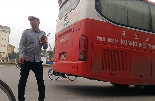 Đến 14h30, chiếc xe khách mang BKS 29LD-30352 này lại thản nhiên dừng đón, chờ khách gần 10 phút tại khu vực trước cổng Trường Đại học Ngoại Ngữ - Đại học Quốc gia Hà Nội, còn nhân viên phụ xe nhảy xuống lòng đường đứng gọi điện cho khách.