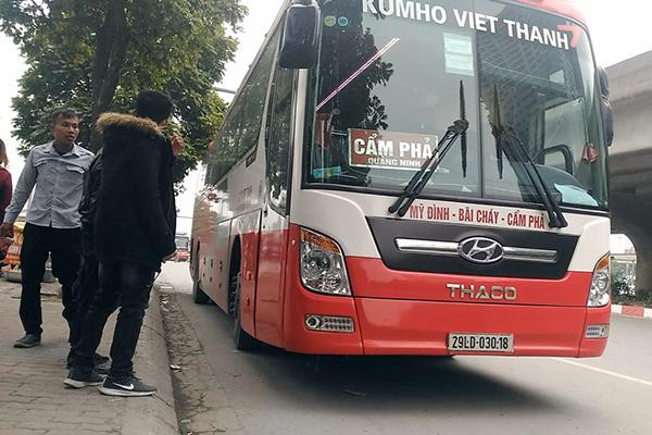 Vào khoảng 16h05, chiếc xe Kumho Việt Thanh mang BKS 29LD-03018, dừng xe rất lâu để phụ xe xuống đường chèo kéo, bắt khách ngay tại đèn báo hiệu giao thông ở ngã tư Tôn Thất Thuyết – Phạm Hùng.
