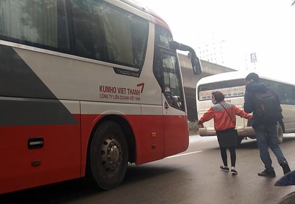 """Nữ phụ xe khách Kumho Việt Thanh mang BKS 29LD-02941 xuống đường """"cò kéo"""" khách lên xe."""