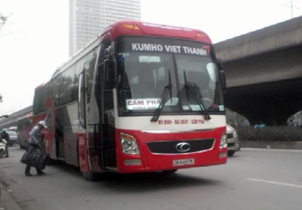 Hình ảnh chiếc xe khách mang BKS 29LD-03175 dừng đón bắt khách, phụ lái cùng khách nháo nhác xếp đồ vào cốp xe.