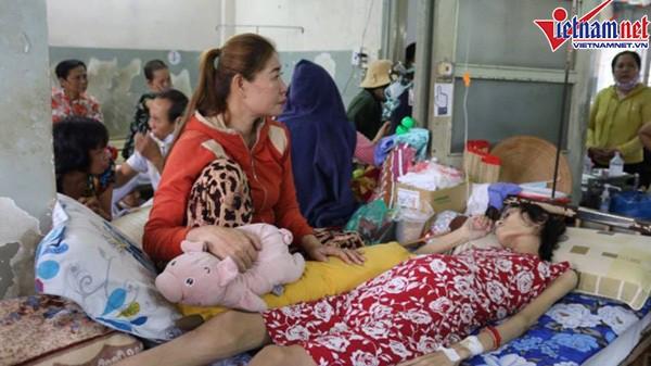 Mẹ ở trong bệnh viện để chăm sóc người mẫu Kim Anh.