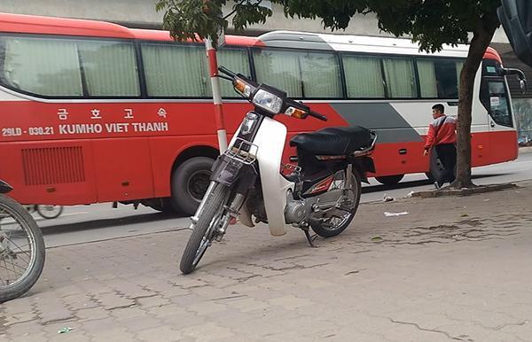 """Phụ xe Kumho Việt Thanh mang BKS 29LD-03021 ngang nhiên xuống xe vợt khách trong khi xe chạy như """"rùa bò""""."""