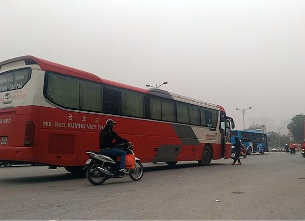 Chiếc xe Kumhoo Việt Thanh mang BKS 29LD-03021 dừng đón khách, nhận hàng ký gửi giữa đường trên đoạn cấm dừng đỗ trước cổng Đại học Ngoại Ngữ, Đại học Quốc gia Hà Nội.