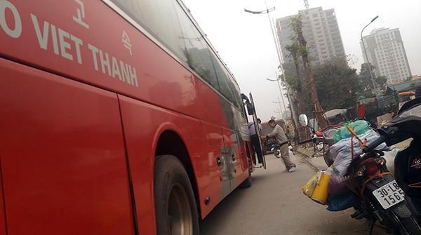 Chiếc xe khách Kumho Việt Thanh tiếp tục mở cửa bắt khách tại đoạn qua ngã 3 Hoàng Quốc Việt – Phạm Văn Đồng.