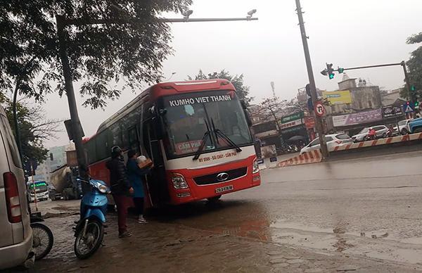 Xe Kumho Việt Thanh dừng đón khách tại khu vực ngã 3 đường Nguyễn Hoàng Tôn – Phạm Văn Đồng.