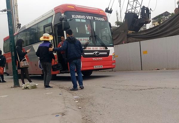 Hành khách lũ lượt trèo lên chiếc xe Kumho Việt Thanh mang BKS 29LD-03010 vào 14h10, ngày 7/1 tại điểm trước cổng Đoàn Văn công Quân khu 1 tại ngã 3 đường Nguyễn Hoàng Tôn – Phạm Văn Đồng.