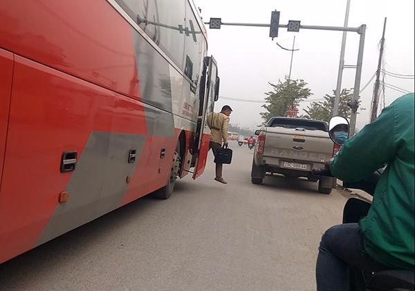 Không những chỉ dừng đón khách, vào 14h20 ngày 7/1, chiếc xe khách Kumhoo Việt Thanh mang BKS 29LD-03516 này còn ung dung có hành động dừng trả khách giữa đoạn đường đông đúc gần Bến xe Nam Thăng Long.