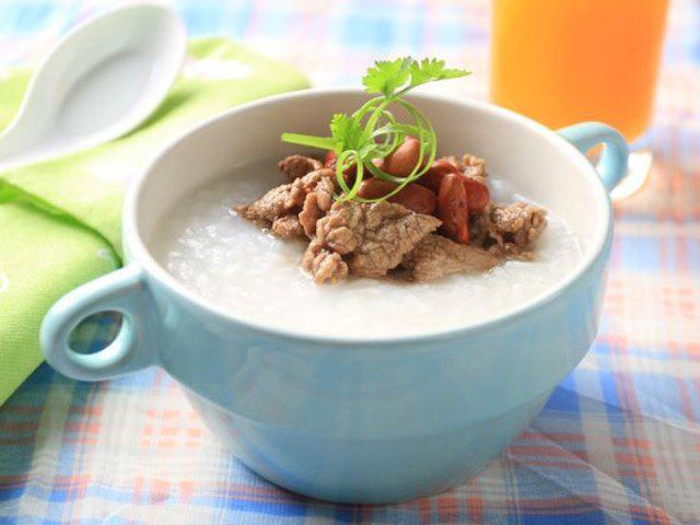 Cháo thịt bò với gạo tẻ bồi bổ cho người bị suy nhược cơ thể.