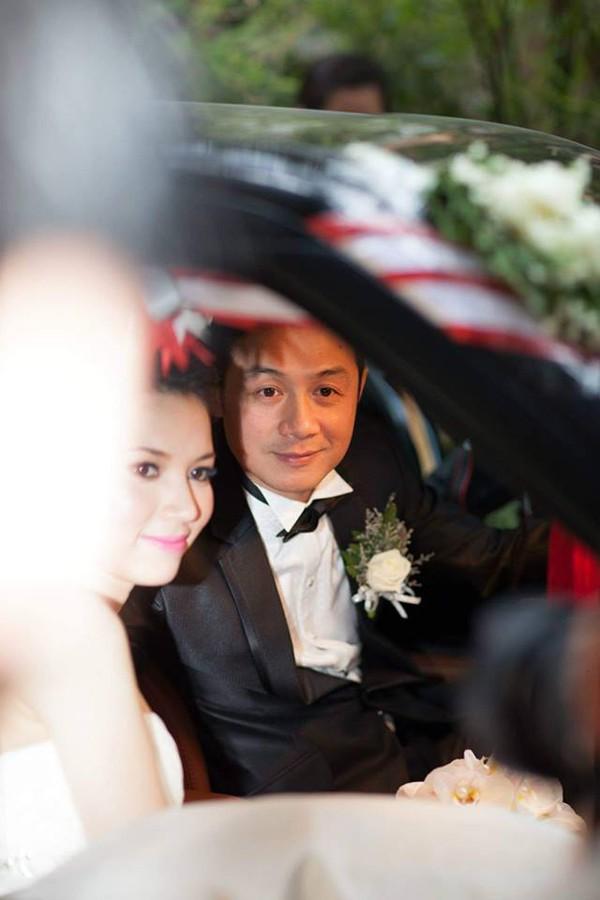 Người đẹp Lý Hồng Nhung chia sẻ hình ảnh ngày cưới của cô cùng MC Anh Tuấn.