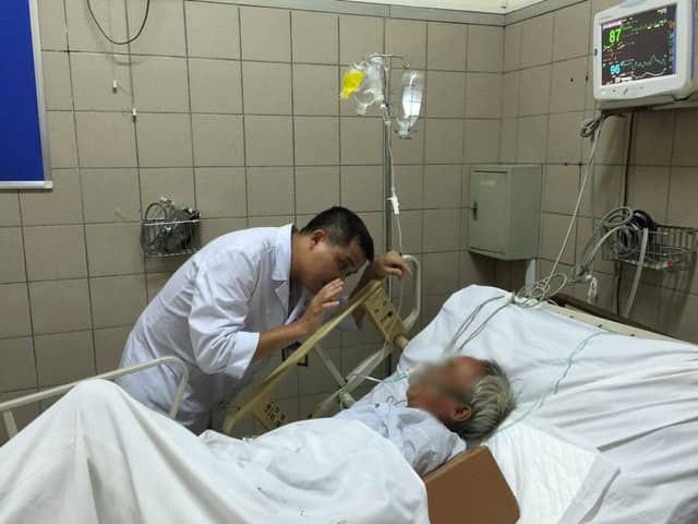 Chăm sóc bệnh nhân ngộ độc rượu tại Trung tâm Chống độc, Bệnh viện Bạch Mai. Ảnh: V.Thu