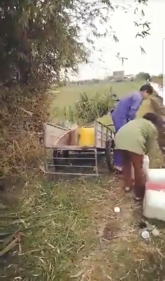 Vợ chồng trưởng thông ngang nhiên xả thải xuống kênh. Ảnh cắt từ clip.