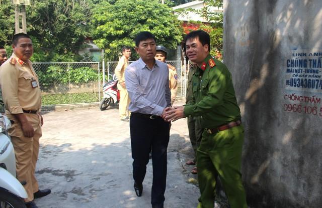 Đại tá Vũ Thanh Chương - Giám đốc Công an tỉnh Hải Dương về hiện trường trực tiếp chỉ đạo vụ việc. Ảnh: Đ.Tùy