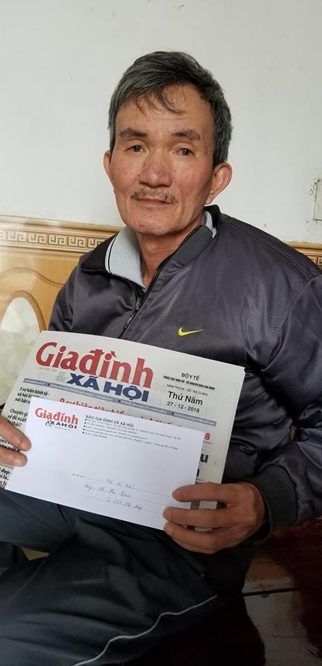 Ông Thao nhận số tiền bạn đọc hảo tâm gửi qua Báo Gia đình và Xã hội. ảnh TG