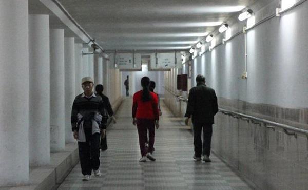 Thời tiết lạnh nhiều người xuống hầm đi bộ tập thể dục.
