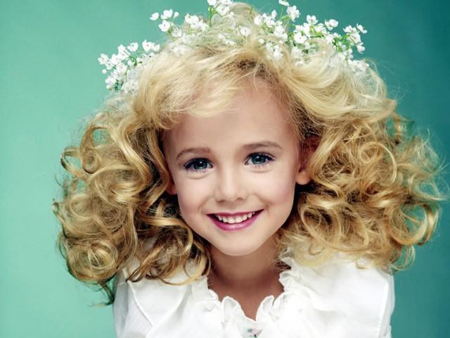JonBenet Ramsey Patricia dù mới 6 tuổi nhưng đã chiến thắng một loạt các cuộc thi hoa hậu nhí vì vẻ đẹp rạng rỡ của min