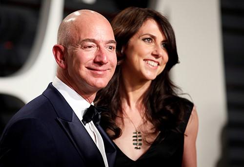 Tỷ phú Jeff Bezos và vợ cũ MacKenzie Bezos. Ảnh: Reuters