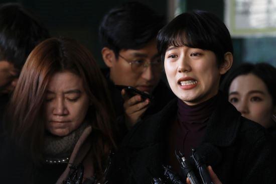 Yang Ye Won rời tòa trong nước mắt.