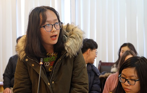 Thuỳ Linh (lớp 11 Văn) nêu tầm quan trọng của việc giáo viên có quan điểm bình đẳng giới trong giáo dục học sinh. Ảnh: Quỳnh Trang.