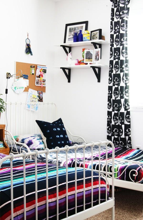 Không gian nghỉ ngơi với hai giường đôi được thiết kế tương tự nhau. Giường khung kim loại giúp cho những đường kẻ sọc của ga trải thêm ấn tượng.