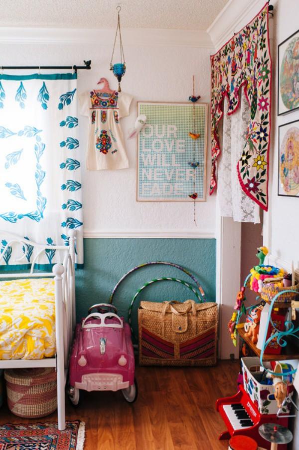 Không gian được kết nối với màu xanh ngọc lam mát mẻ, giúp góc vui chơi và nghỉ ngơi của bé đầy sinh động với những điểm nhấn màu sắc từ đồ chơi và vật dụng nho nhỏ.