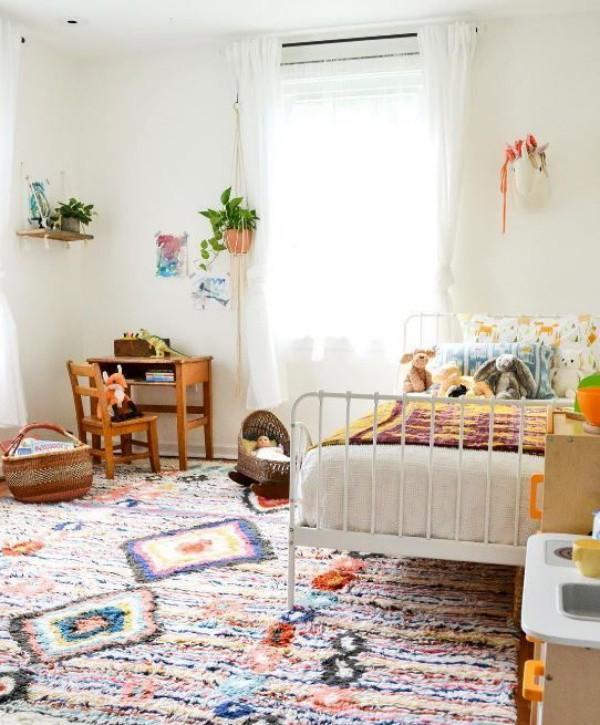 Chọn lựa một tấm thảm có nhiều họa tiết, bạn sẽ có ngay một không gian riêng tư dành tặng bé đầy ấn tượng với phong cách Bohemian.