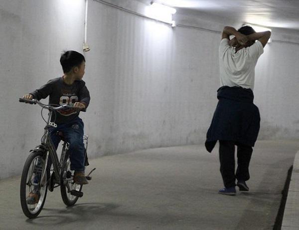 Trẻ nhỏ người già và người mắc bệnh mãn tính tuyệt đối không tập thể dục dưới hầm.