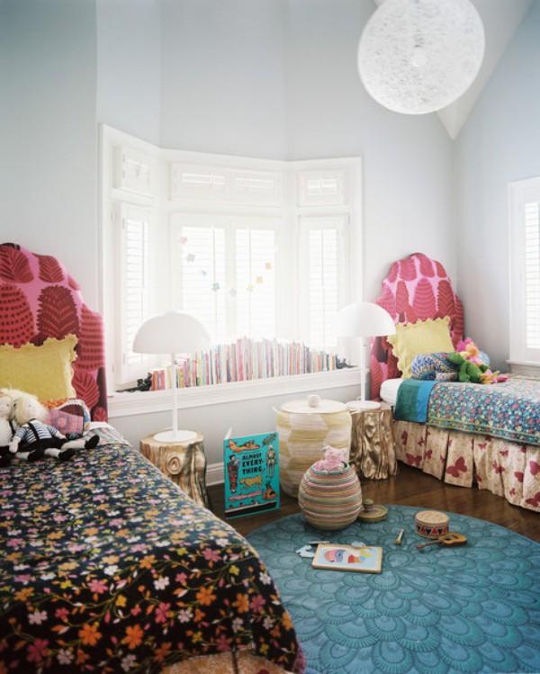 """Căn phòng với hình nền sáng trong của bầu trời và những đám mây, phía dưới """"mặt đất"""" là sự kết hợp khéo léo và sáng tạo của những họa tiết hoa lá nhiều màu sắc cho căn phòng thêm sinh động và tươi vui."""
