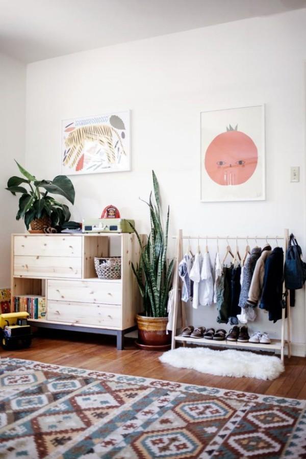 Tinh thần Bohemian kết hợp với chút hơi hướng Vintage cho không gian đẹp dịu dàng như mơ. Góc tủ bằng gỗ kết hợp với kệ để tăng thêm sự kết nối với thiên nhiên xung quanh. Chọn thêm những tấm thảm nhiều màu sắc cùng vật dụng nhỏ nhắn để bé yêu hơn không gian của mình.