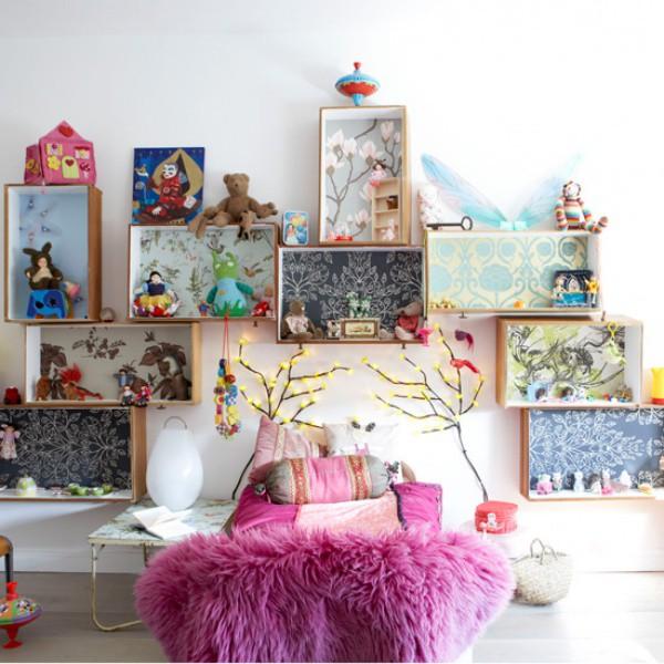 Kệ đựng đồ không giống như những chiếc kệ thông thường. Những chiếc kệ được gắn lên tường một cách ngẫu hứng để, dán giấy dán tường với nhiều họa tiết bắt mắt để góc nhỏ của bé đẹp sinh động và cá tính.