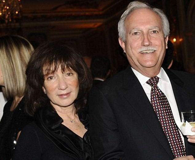 Jeff Bezos từ nhỏ đến lớn chỉ biết đến mẹ đẻ Jacklyn Gise và cha dượng Miguel Bezos - người Jeff coi như ruột thịt