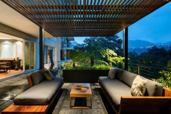Trần được thiết kế gỗ tạo bóng nắng dịu dàng qua khoảng trò chuyện ngoài trời.