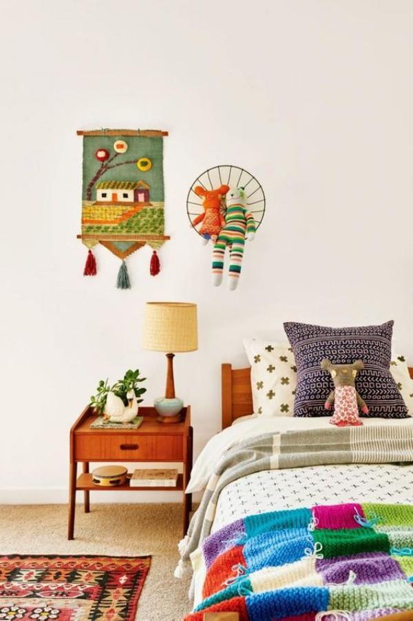 Góc giường với nội thất gỗ thân thuộc sẽ giúp cho những họa tiết và những mảng màu được décor ngẫu hứng trở nên ấn tượng.