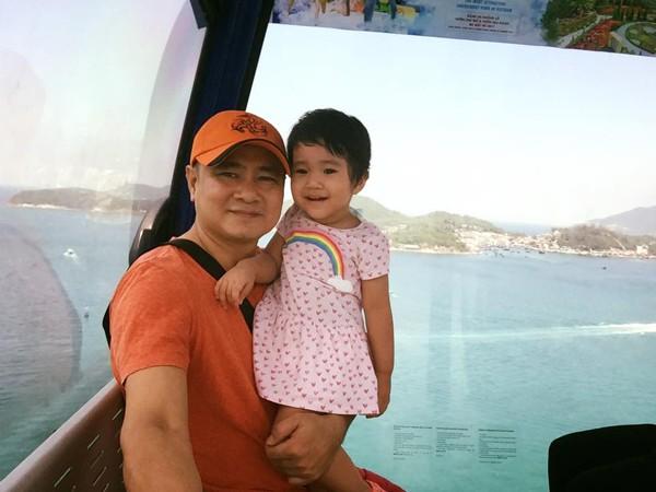 Hai bố con NSND Tự Long trong chuyến đi nghỉ mát.
