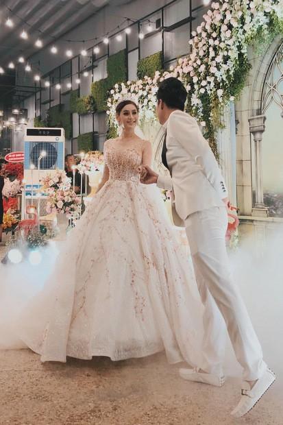 Khánh chi và chồng diện trang phục cưới trong buổi tiệc.