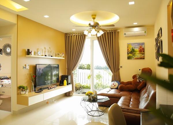 Căn nhà rộng rãi với tông màu vàng chủ đạo được nữ ca sĩ bày trí khá gọn gàng. Sự kết hợp mới mẻ của sắc vàng với sofa da khiến nơi này trở nên sang chảnh hơn.