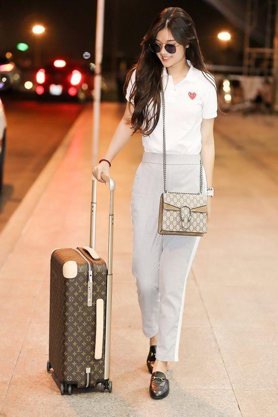 Không chỉ mua nhà, nữ ca sĩ cũng là một trong những tay chơi hàng hiệu không phải dạng vừa của Vbiz. Kể từ khi sự nghiệp có phần khởi sắc hơn và cái tên Hoàng Yến Chibi được công chúng nhớ đến nhiều hơn, nữ ca sĩ đã mạnh tay sắm sửa, chăm chút cho hình ảnh của bản thân. Nữ ca sĩ từng xuất hiện tại sân bay với set đồ hàng hiệu cùng loạt phụ kiện từ nhiều thương hiệu danh giá thế giới như Gucci, Louis Vuitton...