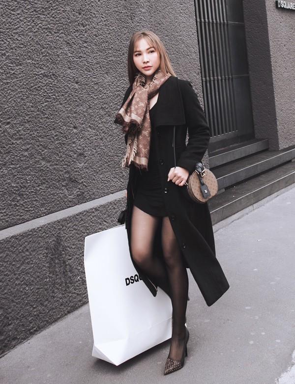 Diễn viên Quỳnh Thư khoe chân dài khi diện váy ngắn, đi tất mỏng dạo phố Milan.