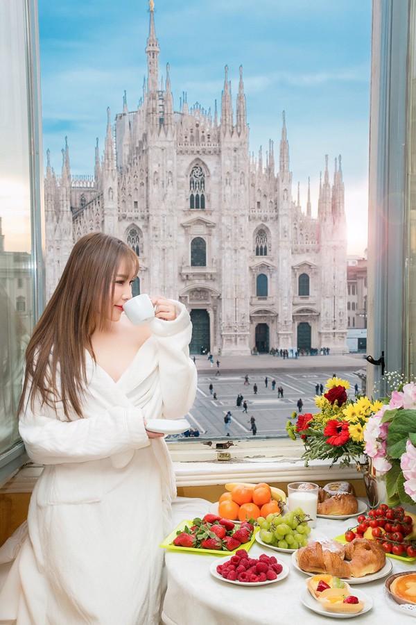 Quỳnh Thư cũng vừa tận hưởng bữa sáng hấp dẫn với các loại bánh ngọt, trái cây vừa ngắm cảnh công trình kiến trúc đặc trưng ở Milan.
