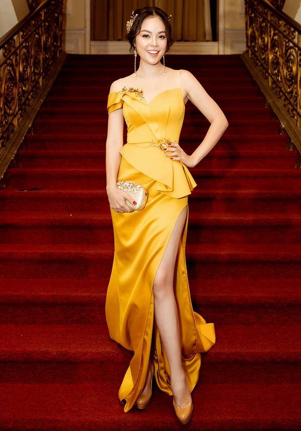 Dương Cẩm Lynh chọn váy xẻ tà của nhà thiết kế Nguyễn Minh Tuấn. Cô được mời trao giải cho hạng mục Người dẫn chương trình được yêu thích.