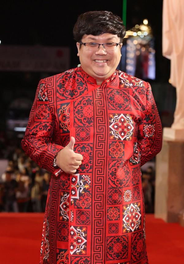 Diễn viên hài Gia Bảo chọn áo dài họa tiết trên thảm đỏ.