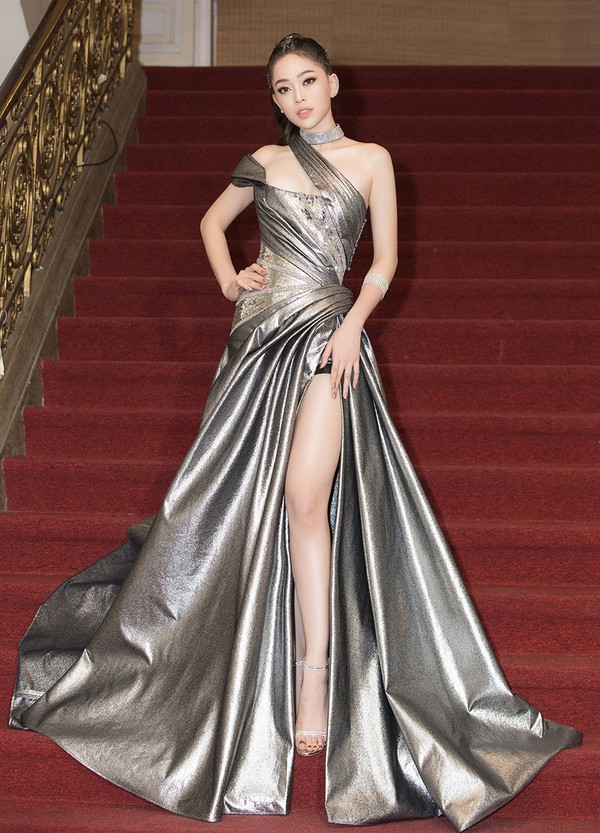 Á hậu Phương Nga chọn váy cut out, xẻ tà cao, màu đồng, tôn vóc dáng.